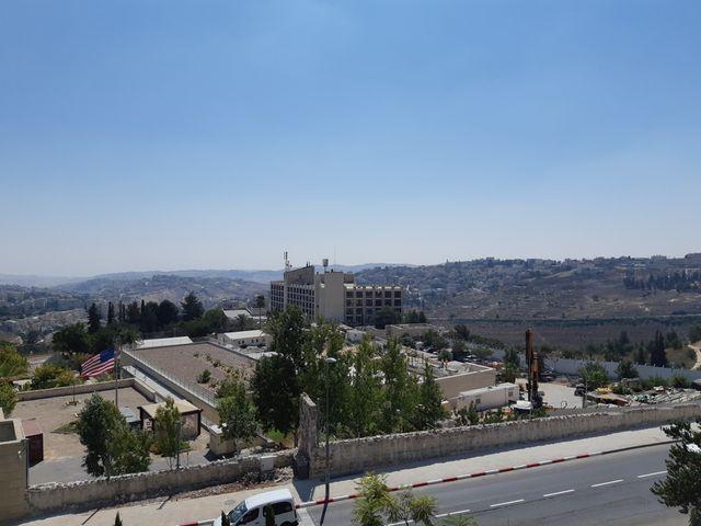 La vue sur la Jordanie, le désert Judée et, par temps clair, sur la mer morte. Au premier plan l'ambassade américaine et la trame de son futur mur.