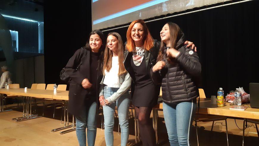 Laura Calu avec des lycéennes de Creutzwald