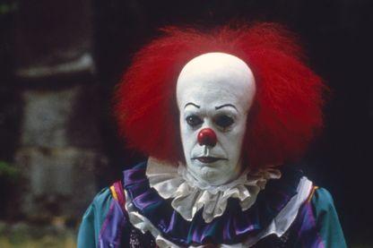 Tim Curry incarne le clown dévoreur d'enfants, dans le film de Tommy Lee Wallace en 1990.