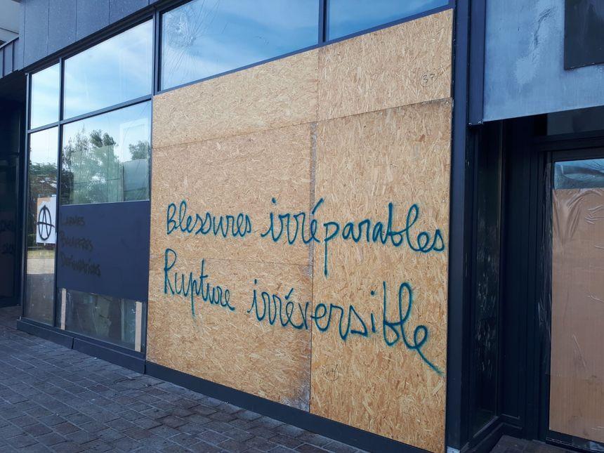 """Un manifestant a tagué """"blessures irréparables, rupture irréversible"""", sur une vitrine."""