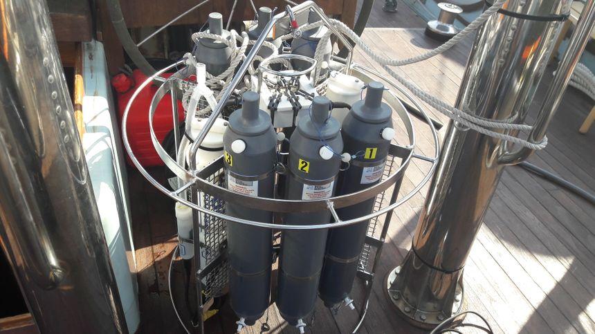 La rosette, équipée de bouteilles Niskin, permet de prélever des échantillons à différentes profondeurs
