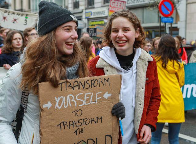 """Les jeunes activistes belges Adelaide Charlier et Anuna De Wever lors d'une manifestation """"Youth For Climate"""" en mars à Bruxelles (Belgique)."""