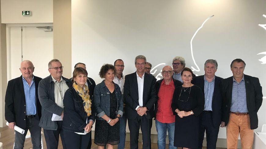 Les élus girondins et landais s'étaient donné rendez-vous au Teich ce lundi pour signer la lettre au Premier ministre.