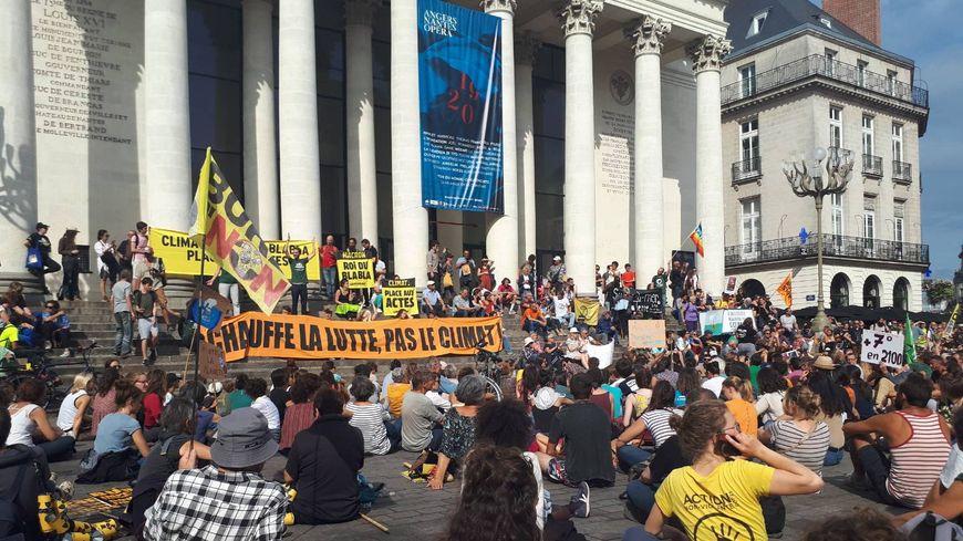 """Les """"marcheurs pour le climat"""" se sont allongés place Graslin à Nantes"""