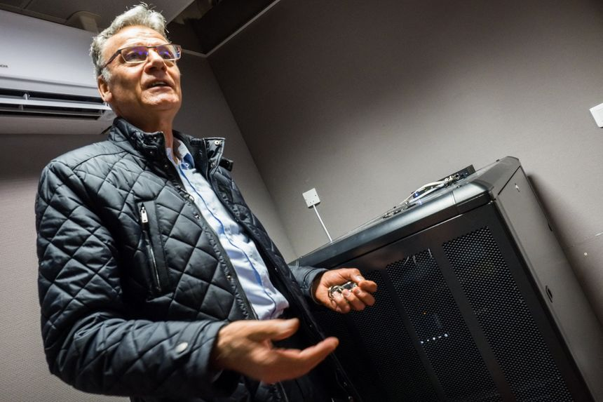 Alain Blinette devant le super calculateur du Techno-centre de Gray