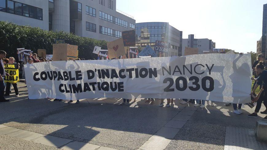 La marche pour le climat à Nancy s'est achevée devant la Métropole en dénonçant le plan de la municipalité pour le climat