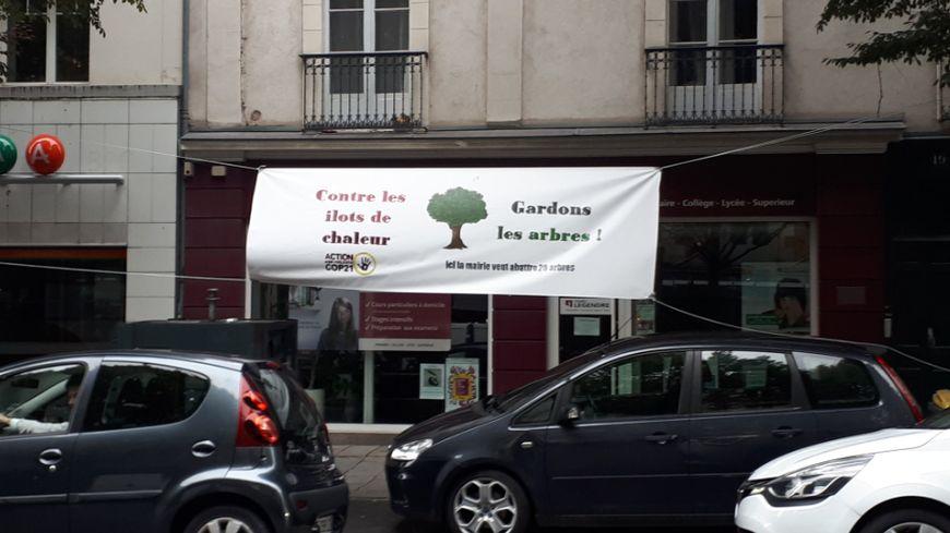 La banderole a été déployée par l'association ANV COP 21
