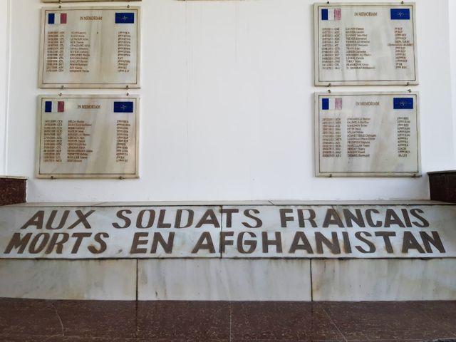 Dans la cour de l'ambassade de France à Kaboul, des plaques rappellent les noms des 90 soldats français morts en Afghanistan depuis 2001.