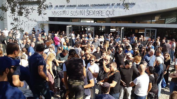 Le rassemblement organisé par Core in Fronte en hommage à Maxime Susini a réuni 800 personnes à  l'université de Corse ce dimanche
