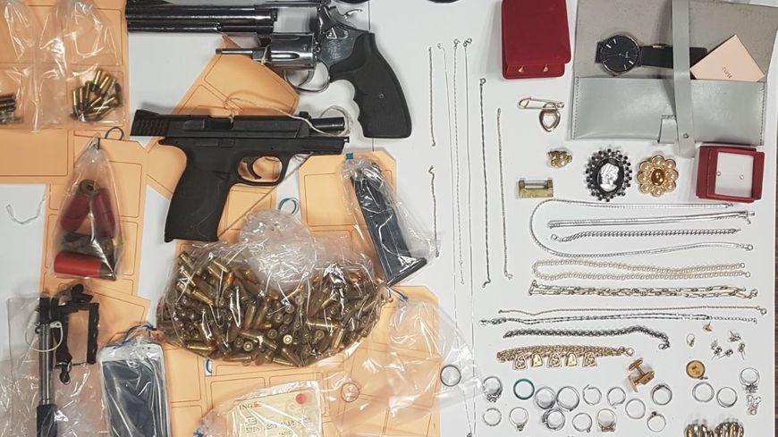 Le butin était constitué de bijoux, d'armes et de munitions