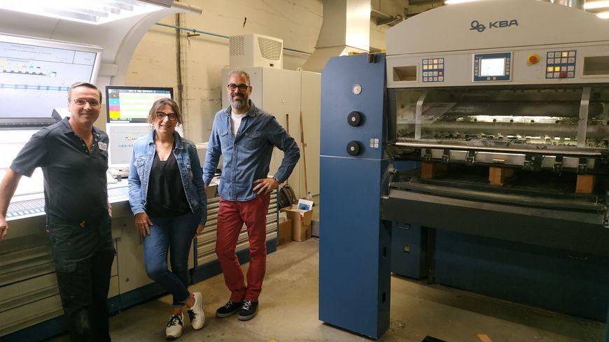 La KBA 106 imprime des formats allant jusq'au 106 cm par 74 cm. De gauche à droite, Didier Courteil, conducteur, Ghislaine Rittre, directrice et Sebastien Gabillard, responsable de production