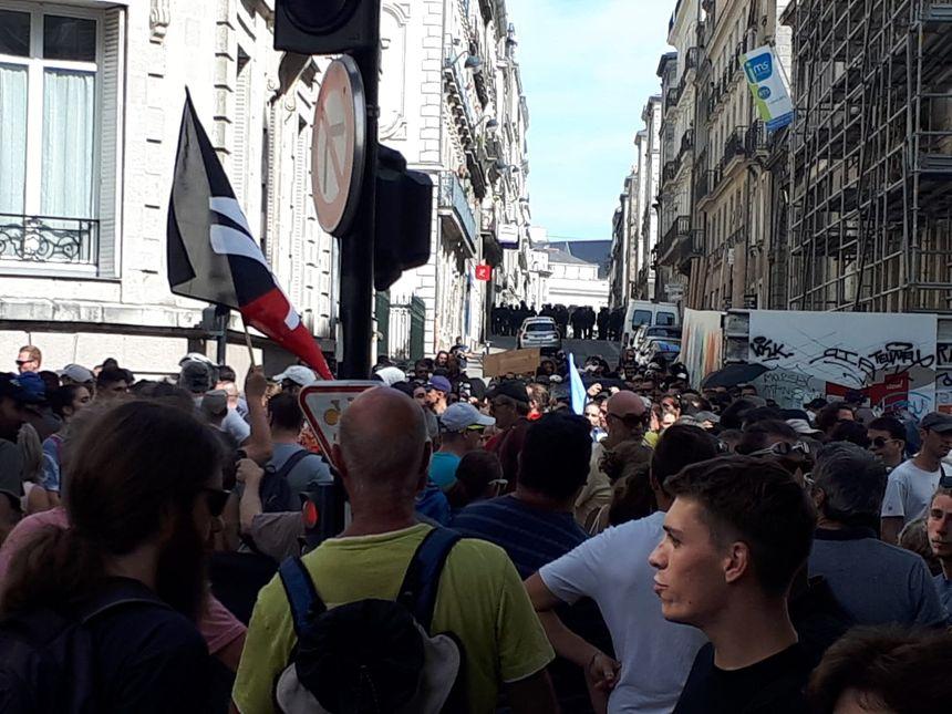 Le cortège ne peut pas accéder à la place Graslin, à Nantes, bloquée par les forces de l'ordre.