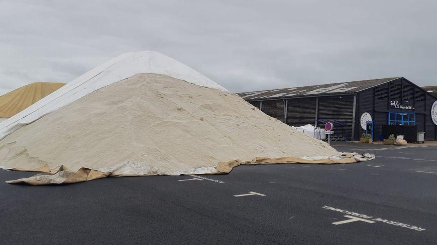 """Un des """"petit tas"""" de sel de 1000 tonnes, le 23 septembre à la coopérative des producteurs de sel de l'Ouest."""
