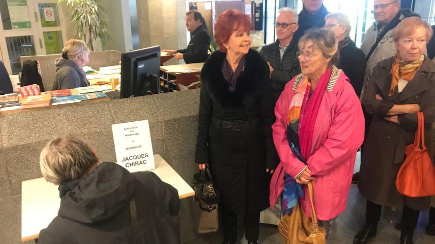Des sympathisans de l'ancien président de la République se sont retrouvés pour signer le livret hommage à Jacques Chirac en mairie de Brest