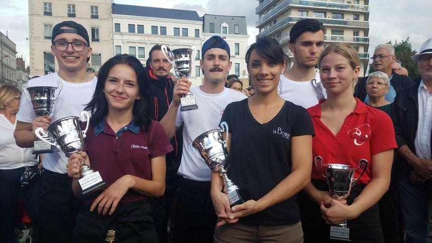 Au premier rang, les gagnantes. De gauche à droite : Laura, Harmonie et Emilie. Derrière, les gagnants. De gauche à droite : Kevin, Victor et Lucas.