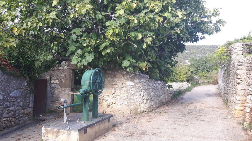 Saint André de Roquepertuis - vieille pompe à eau
