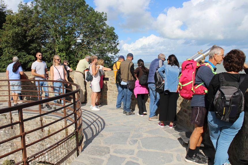 Tout le monde se rassemble sur les tours pour observer toute la baie du Mont Saint Michel