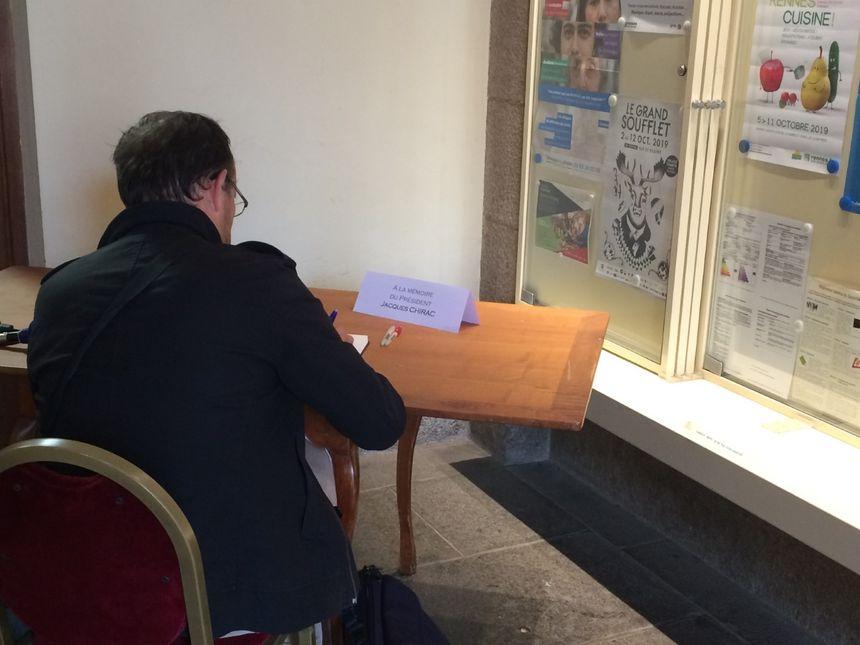 Un rennais signant un hommage à Jacques Chirac