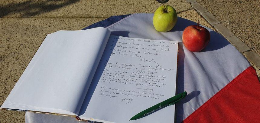 Un cahier de doléance a été rempli et sera envoyé à la famille de l'ancien Président