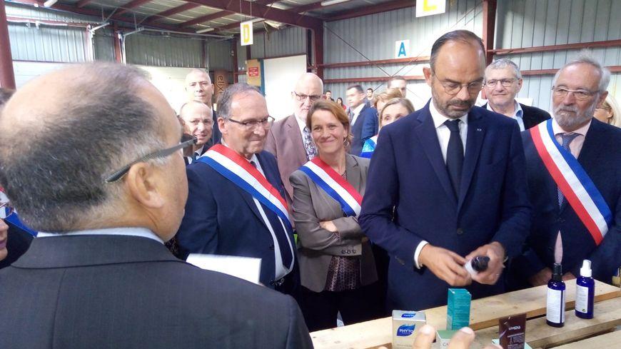 Edouard Philippe rencontre des producteurs de plantes à parfum à Eurre (Drôme), sur le site de Biovallée