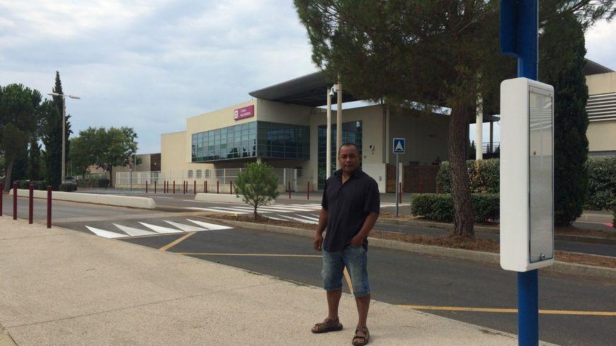 M. Randrianavony devant le collègue Ray Charles de Fabrègues où il souhaite scolariser son fils, et l'arrêt du bus 33 que le jeune Noé devra prendre tous les matins direction Montpellier.