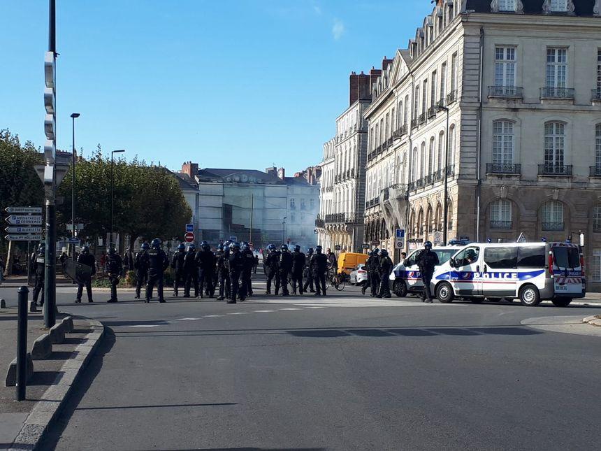 Les policiers sont à présent stationnés près du CHU, à Nantes.