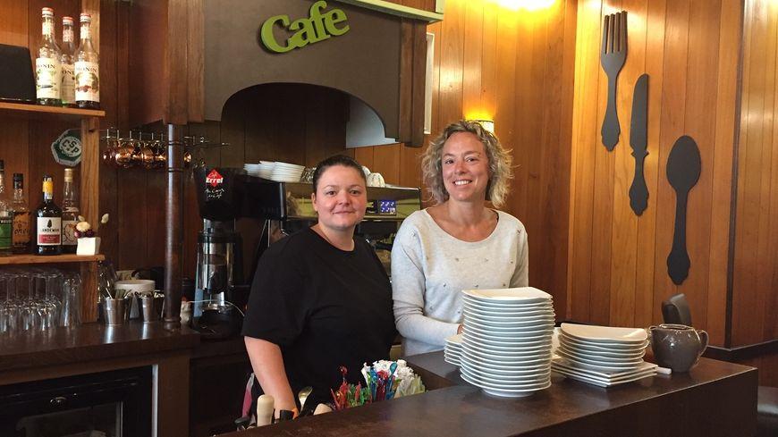 """L'équipe du restaurant """"Le p'tit Bouchon """"17 place de la Motte à Limoges Marine Gouny est en cuisine et Caroline la seconde en salle."""