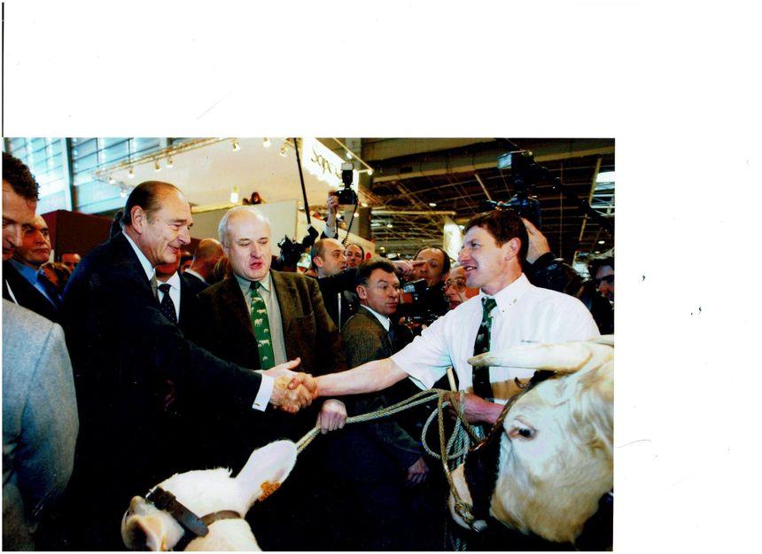 Claude Cadoux éleveur avallonnais  sert la main de Jacques Chirac au salon de l'Agriculture en février 2004
