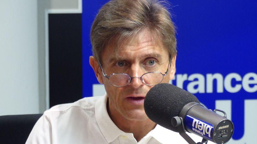 Frédéric Longuépée dans les studios de France Bleu Gironde
