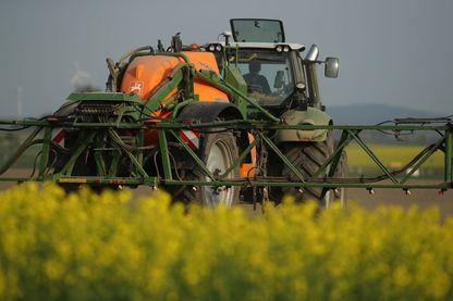 Tracteur faisant de l'épandage dans un champ
