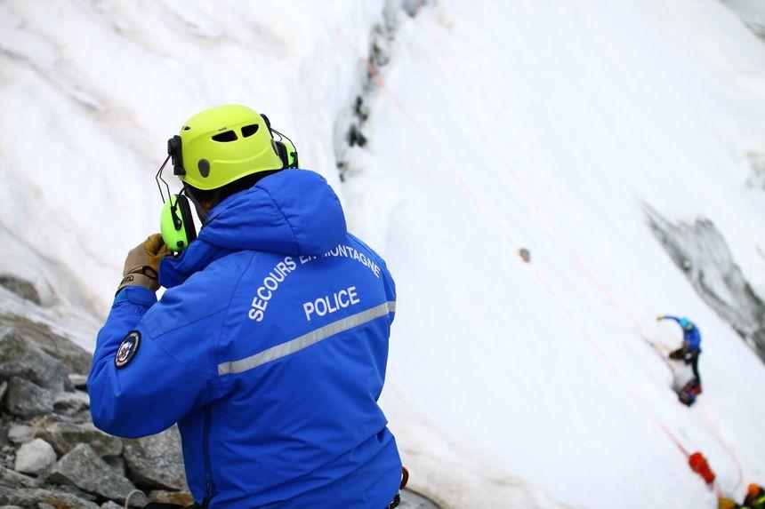 Un secouriste de la police pendant un exercice