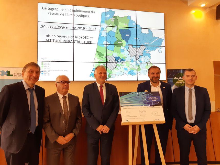 Tous les partenaires signataires de la convention pour le déploiement de la fibre optique dans les Landes