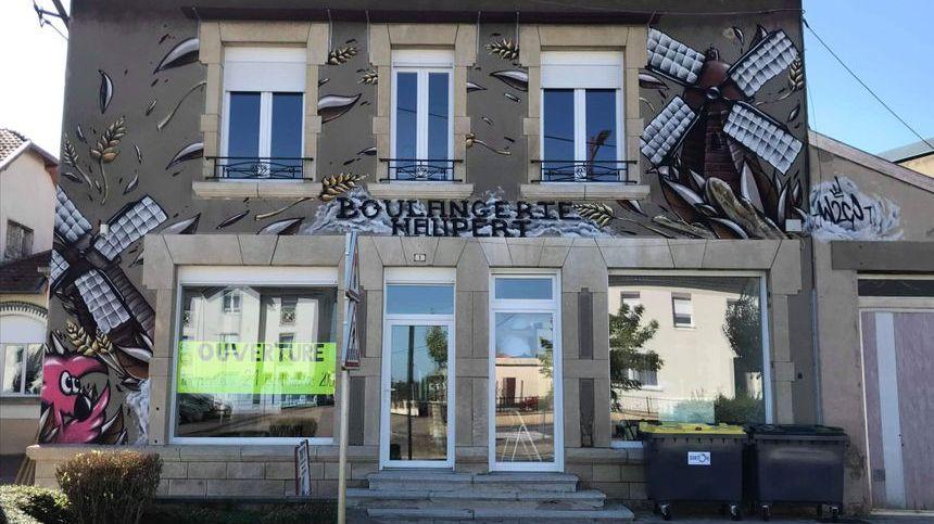 La façade de la boulangerie décorée par le graff d'Hugo