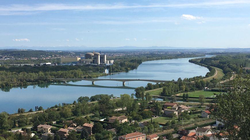 La centrale de Saint-Alban, juste en face du département de la Loire