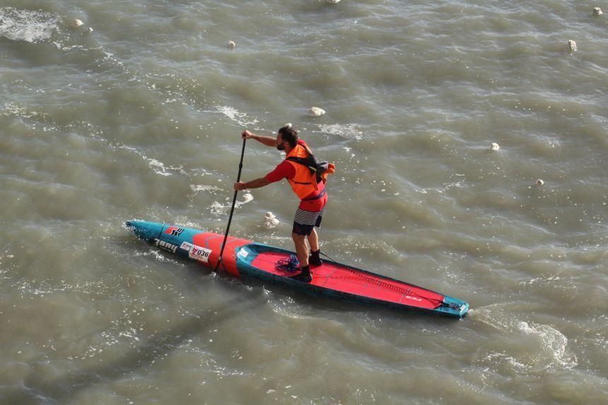 La marée haute fait le bonheur des amateurs de paddle qui naviguent dans toute la baie
