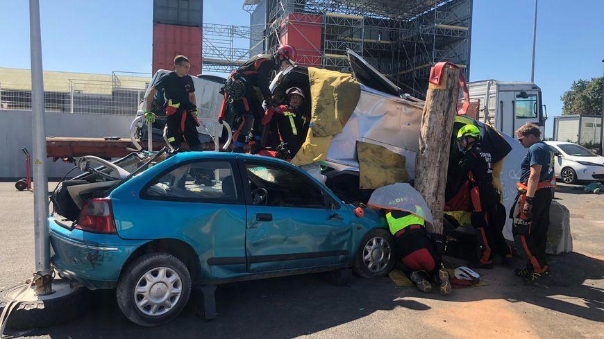Par équipe de six, les sapeurs-pompiers ont 30 minutes pour désincarcérer deux fausses victimes dans des véhicules accidentés.