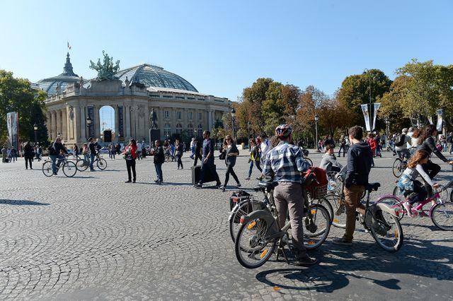 Vélos, trottinettes, skates, rollers : tout est autorisé SAUF les véhicules à moteurs, quels qu'ils soient (thermiques ou électriques).