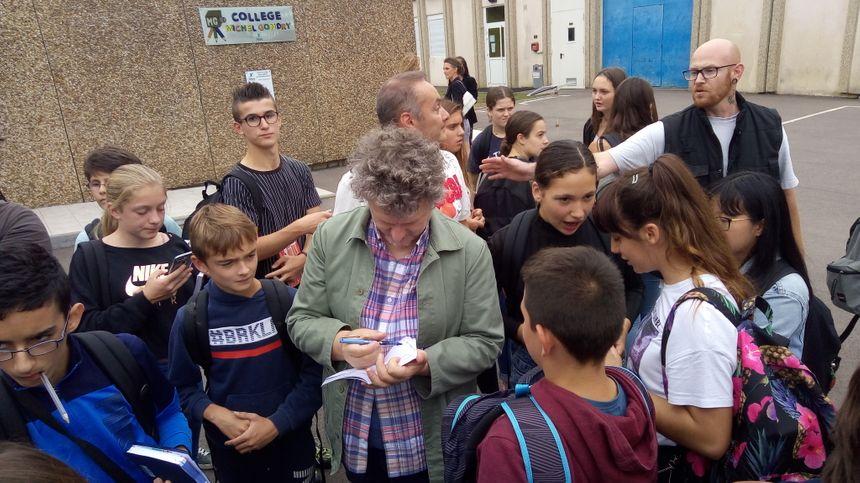 Michel Gondry, signant des autographes dans un collège portant son nom, à Charny, dans l'Yonne