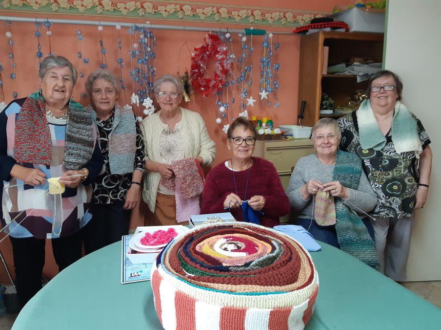 Huit résidentes de la maison de retraite Ambroise Croizat ont déjà tricoté environ 150 écharpes