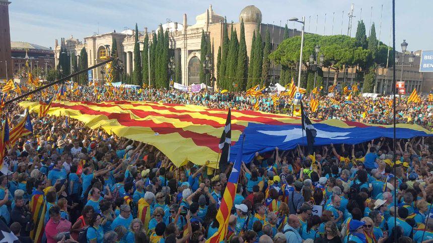 Drapeau catalan géant sur la place d'Espagne à Barcelone - Radio France