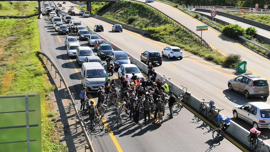 Une trentaine de cyclistes se sont rendus sur les voies de l'autoroute A480