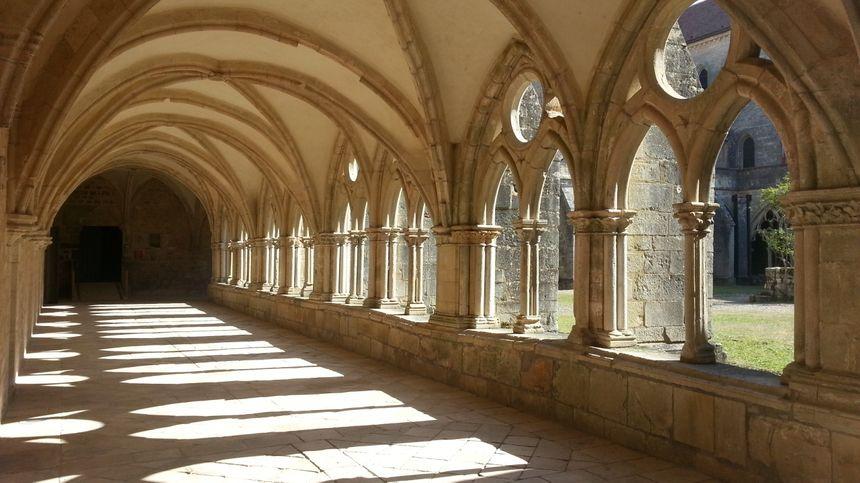 Le cloître de l'abbaye de Noirlac (Cher).