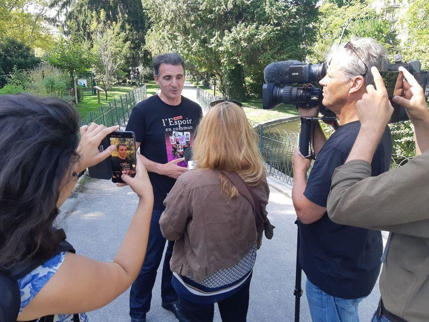 Eric Piolle face aux médias lors de sa déclaration de candidature