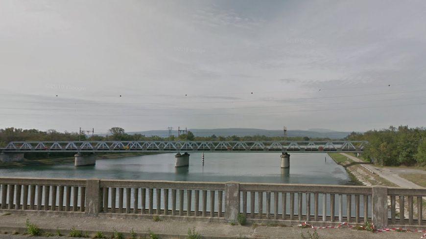 Le pont de chemin de fer en question, vu depuis la N7