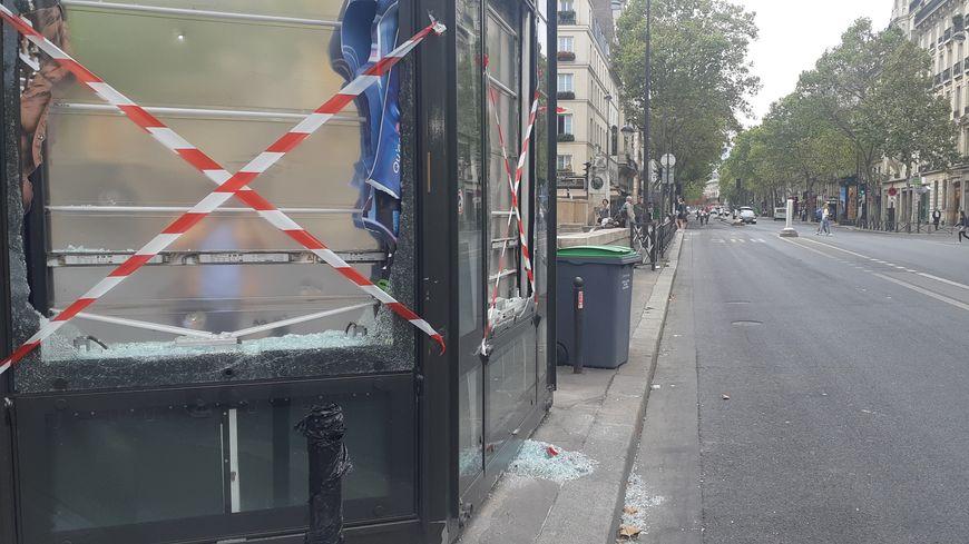 Un kiosque à journaux détruit samedi après-midi sur le boulevard Saint-Michel.