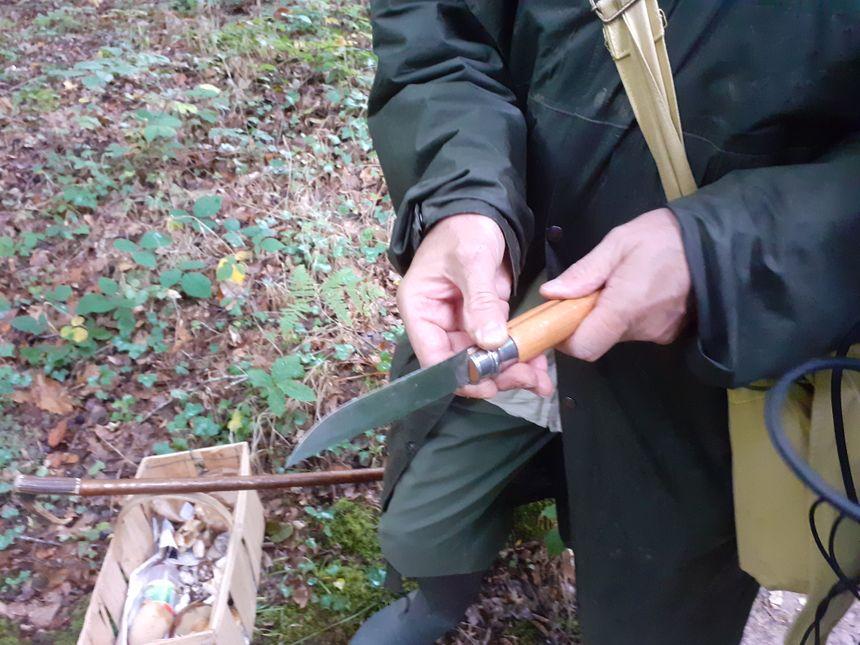 Un couteau, un panier, un baton