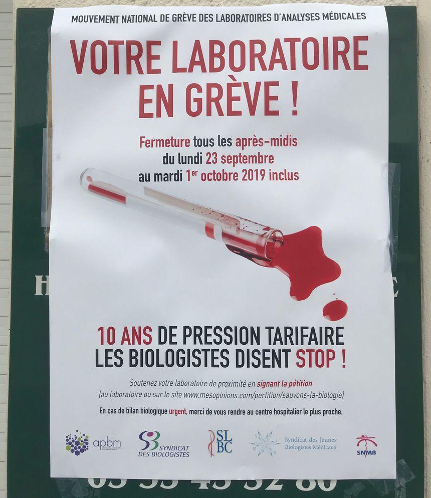 Cette affiche est apposée à l'entrée du laboratoire pour avertir les patients du mouvement de grève