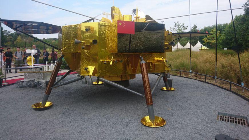 La sonde chinoise CHANG'E-4, désormais installée à la Cité de l'Espace.