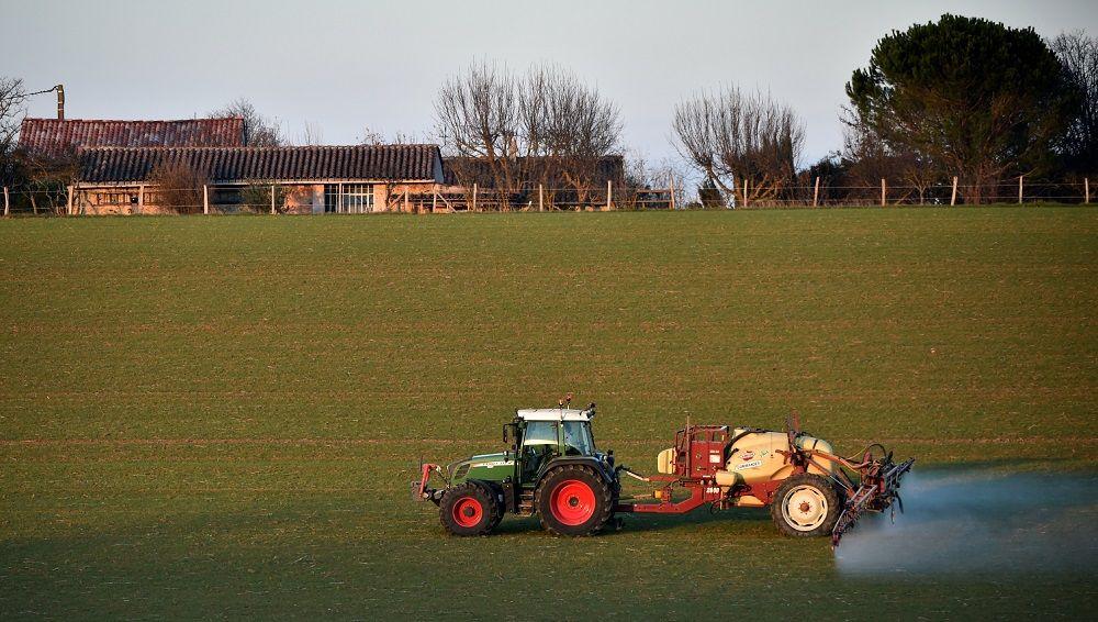 """Les agriculteurs de la FNSEA se mobilisent contre la limitation des pesticides et """"l'agri-bashing"""""""