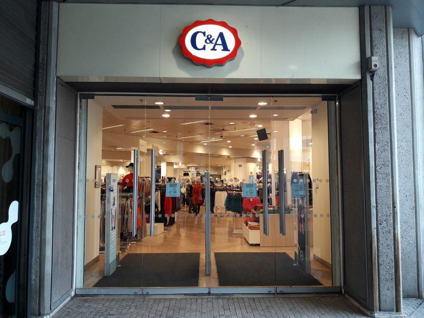 L'entrée du magasin C&A du centre Jaude à Clermont-Ferrand